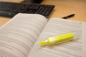 Advokatfirmaet Strandenæs lovsamling med gul penn
